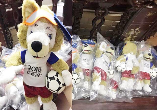 Mặt hàng gấu bông linh vật World Cup là một trong những mặt hàng được giới trẻ ráo riết săn lùng. Ảnh Hùng Cường