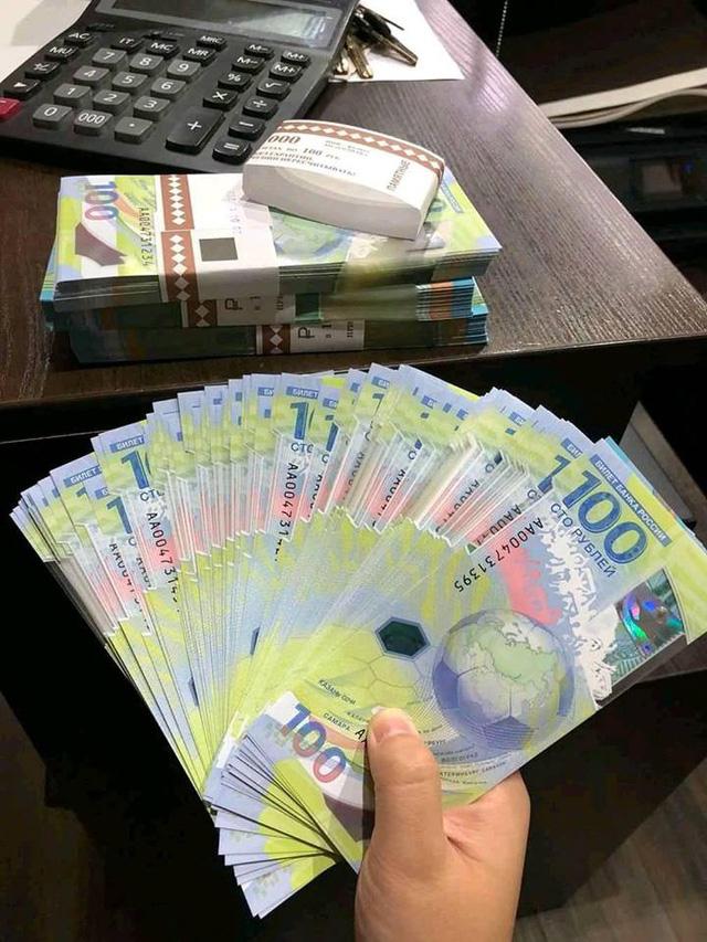 Có những người buôn đồng 100 Rúp (Nga) để bán lại với giá rất cao