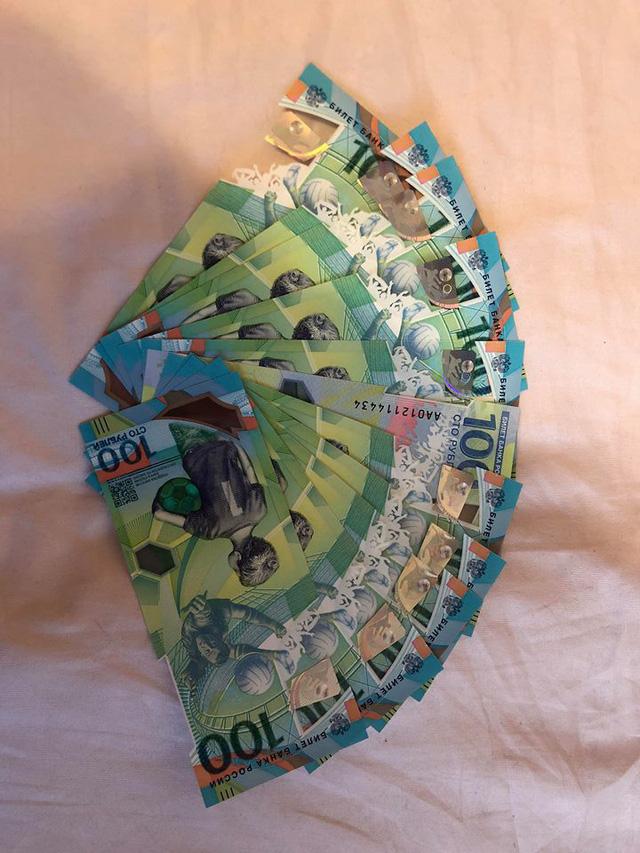 Thời điểm này, để mua được nhiều tờ 100 Rúp của Nga không dễ dàng