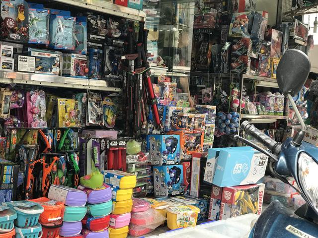 Phố Lương Văn Can chuyên bán đồ chơi trẻ em cũng vắng bóng đồ World Cup