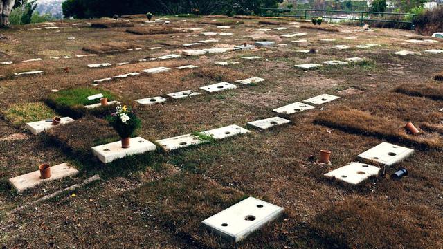 Quá túng quẫn, dân Venezuela đi ăn trộm bia mộ đem bán đồng nát