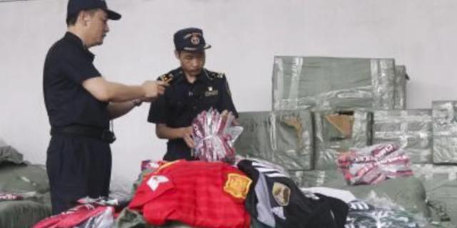 Các nhân viên hải quan đã ngăn chặn hàng ngàn sản phẩm nhái ăn theo World Cup 2018 sắp được tuồn ra khỏi Trung Quốc. (Nguồn: Chinanews.com)