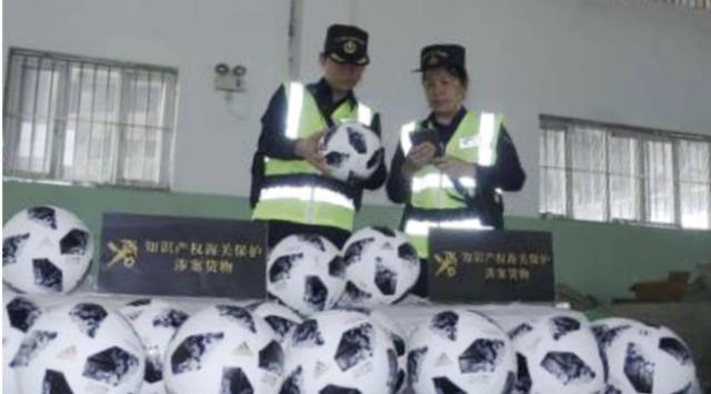 Hàng giả, hàng nhái chủ yếu là bóng đá và quần áo thể thao, đã bị tịch thu bởi các nhân viên hải quan ở Quảng Châu, Thượng Hải và Nghĩa Ô. (Nguồn: Chinanews.com)