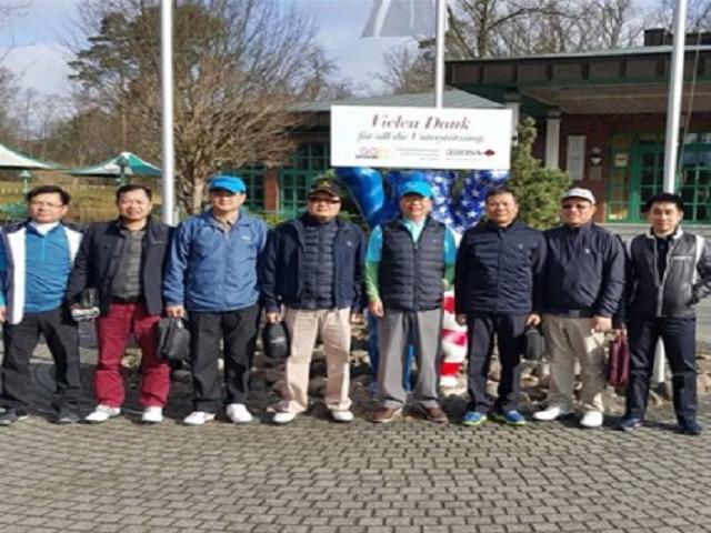 Ông Vũ Huy Hoàng ra sân chơi golf nhân một chuyến đi công tác nước ngoài
