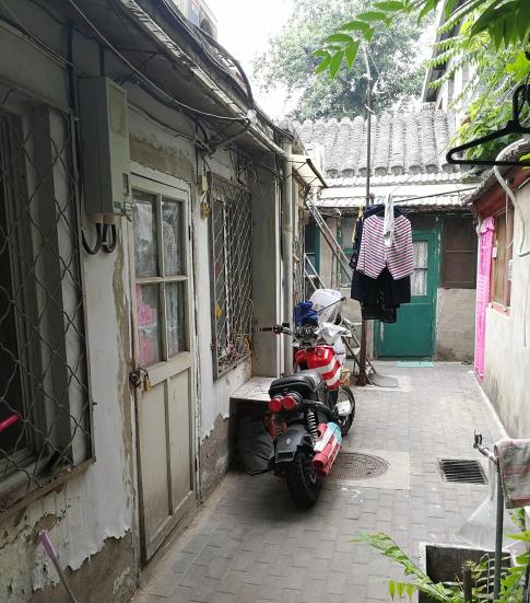 Con ngõ nhỏ hẹp để đi vào ngôi nhà giăng đầy dây phơi quần áo. (Nguồn: Yangpeng Zheng)