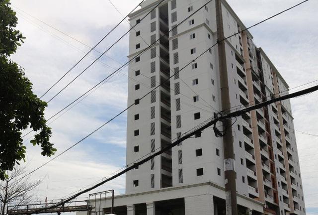 Khách hàng mua dự án chung cư Gia Phú đã nhiều lần treo băng rôn phản ứng chủ đầu tư dự án là Công ty Địa ốc Gia Phú và yêu cầu các cơ quan chức năng vào cuộc.