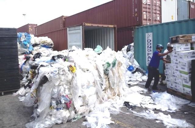 Phế liệu nhựa là một trong số các loại phế liệu tồn đọng nhiều nhất tại các bến cảng.