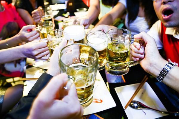 Những tối hè oi nóng, nhiều quán bia không đủ bàn để cho khách ngồi.