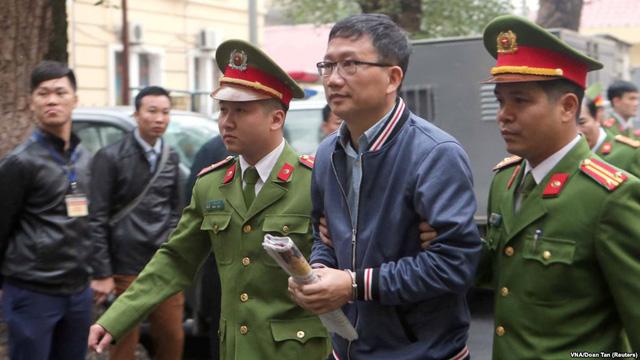 Trịnh Xuân Thanh khi ra tòa đã không còn được đeo đồng hồ hàng triệu USD mà muôn người ao ước có nó, thay vào đó là chiếc còng số 8 nghiệt ngã (Ảnh Reuter)