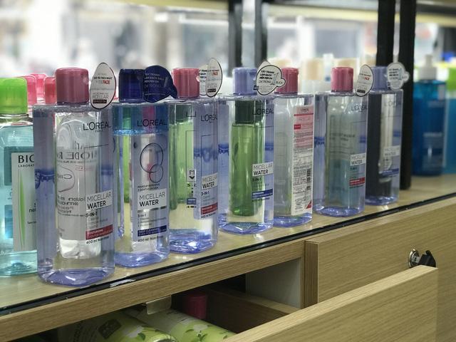 8 chai nước tẩy trang nhãn L'oreal loại 400 ml/chai có dấu hiệu giả mạo nhãn hiệu hàng hóa đang được bảo hộ tại Việt Nam.