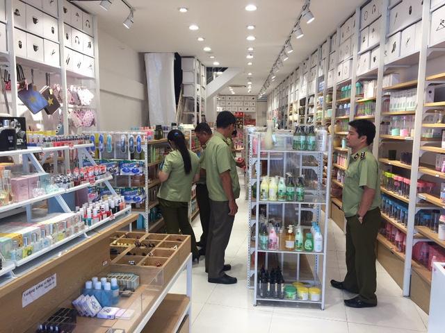 """Lực lượng chức năng bất ngờ """"ập"""" vào kiểm tra nhiều cửa hàng kinh doanh mỹ phầm, hàng tiêu dùng tại TPHCM."""