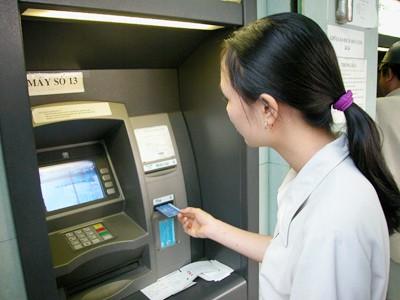 Mức thu phí nội mạng ATM phổ biến là 1.100 đồng (ảnh minh họa).