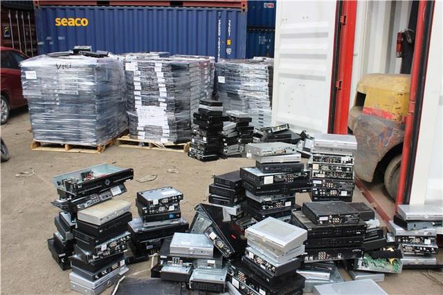 """Hải quan TPHCM đang tìm nhiều giải pháp để """"chống chọi"""" với phế liệu nhập khẩu """"vô chủ"""" nằm án ngữ tại các bên cảng."""