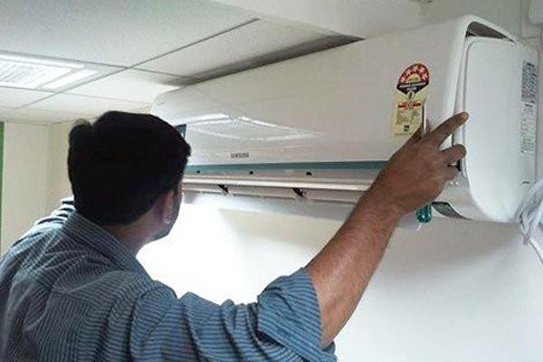 Khi lắp điều hòa, khách hàng nên yêu cầu thợ lắp đặt báo giá trước để tránh tình trạng bị chặt chém (ảnh minh họa)