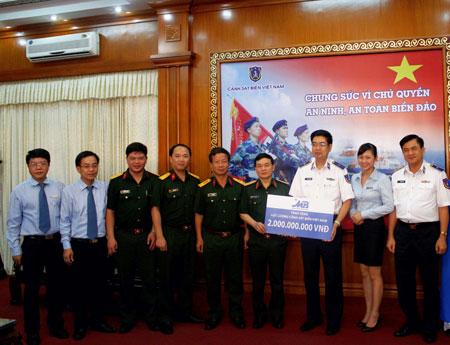MB trao tặng 2 tỷ đồng cho lực lượng Cảnh sát biển Việt Nam