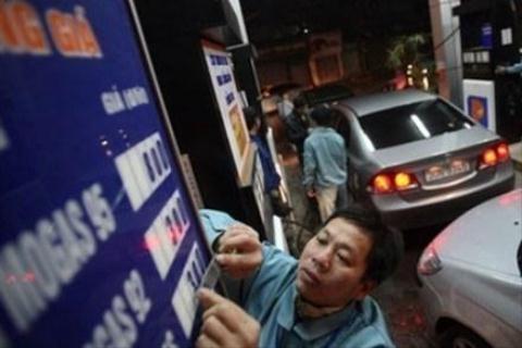 Giảm giá dầu, yêu cầu không tăng giá xăng