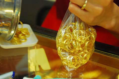Hiện giá vàng thế giới quy đổi là 28,58 triệu đồng/lượng, đang thấp hơn giá trong nước 4,3 triệu đồng/lượng.