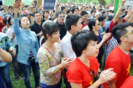 Dòng người kéo đến khu vực trước Đại sứ quán Trung Quốc ngày càng đông