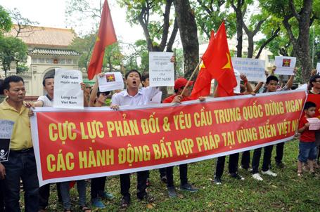 Băng rôn, khẩu hiệu phản đối và yêu cầu Trung Quốc dừng ngay các hành động phi pháp
